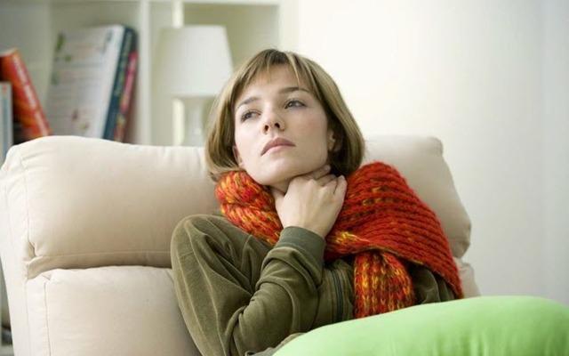 Чем лечить боль в горле при глотании без температуры: лучшие препараты и народные средства