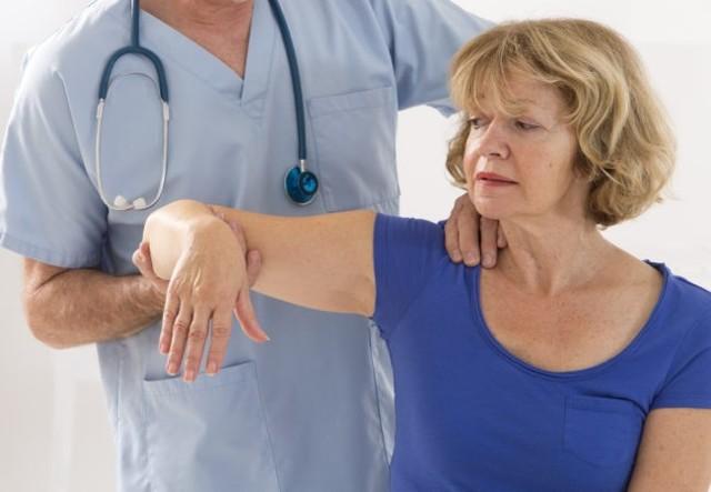Почему трясутся руки: ТОП 5 причин и возможных заболеваний