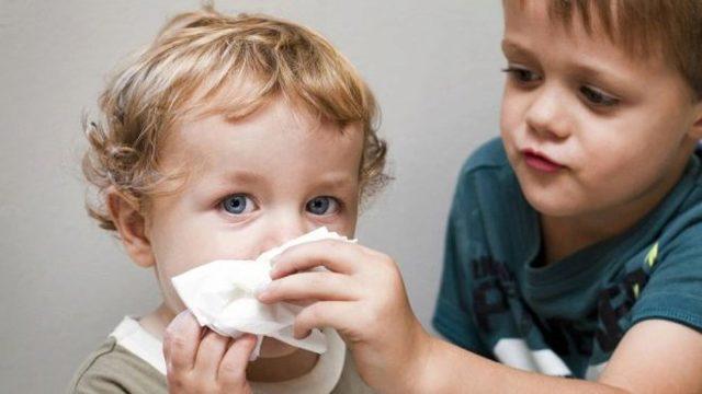 Как быстро вылечить сопли у ребенка 1, 2, 3, 4, 5 лет, в домашних условиях за один день, по Комаровскому. Народные средства, аптечные препараты