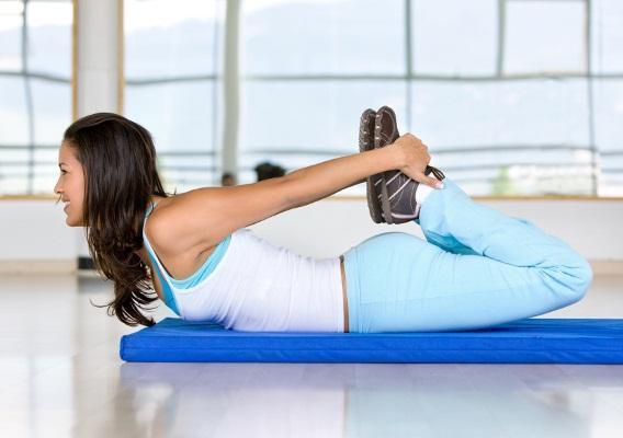 Зарядка для спины и позвоночника на каждый день, утром, дома, на работе; на мяче, стуле, валике, шведской стенке; при остеохондрозе, грыже, сколиозе, профилактика при беременности, для пожилых людей